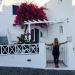 Disfrutando de las flores de Santorini, Grecia. Me encantan.