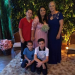 Eu de vestido azul minha filha e meus netos