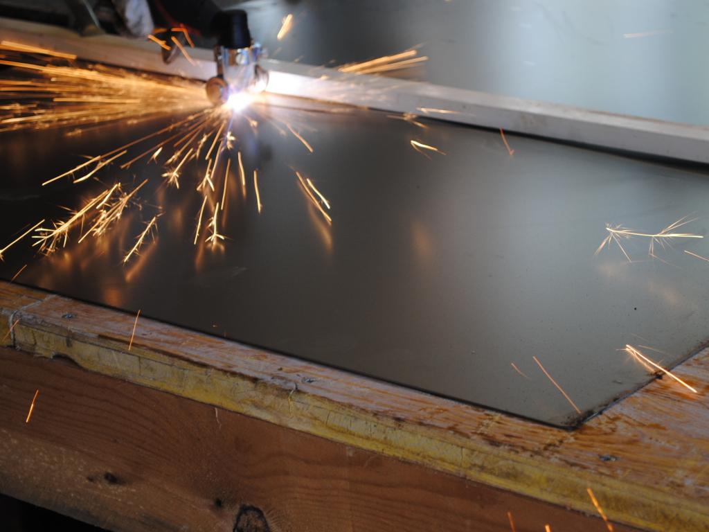 Plasma cutting of steel sheet 1.5 mm