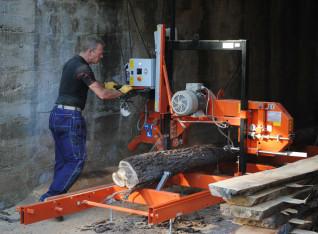 Friend Folkert is operating the sawmill